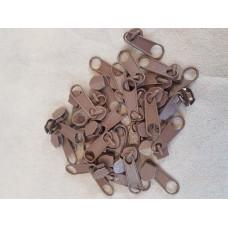 Бегунок к рулонной молнии коричневый 033 (100 шт)